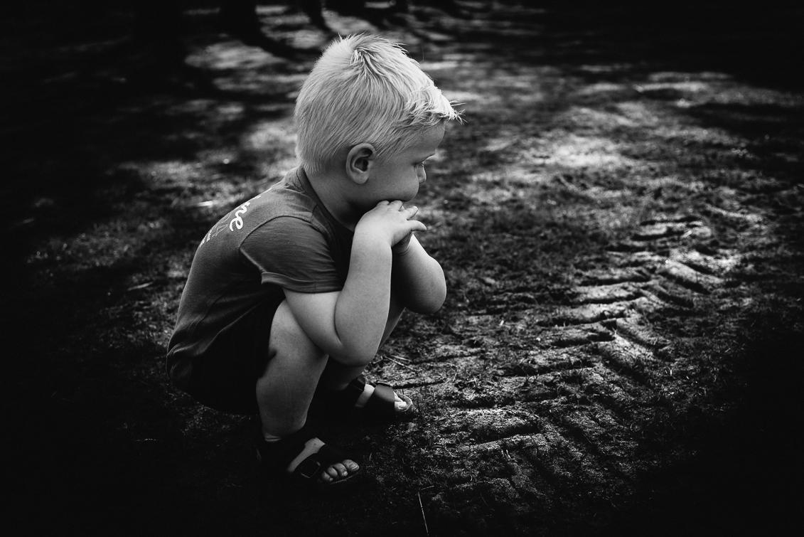 Familiefotografie jongen bij bandenspoor