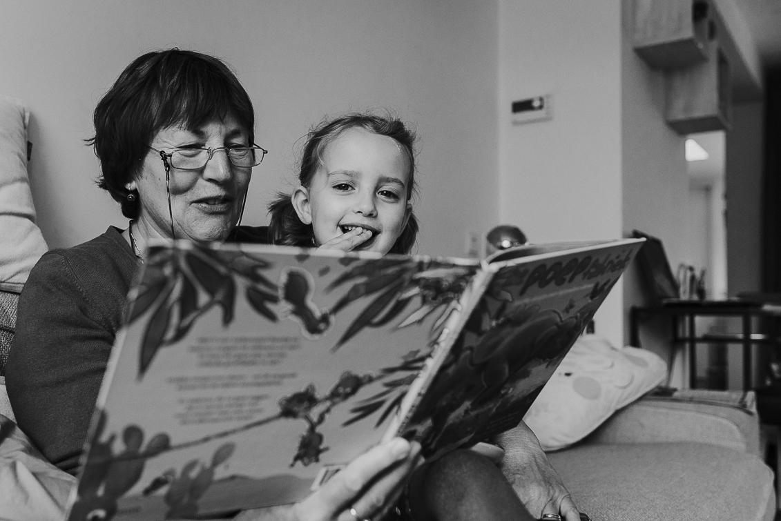 kleindochter wordt voorgelezen door oma