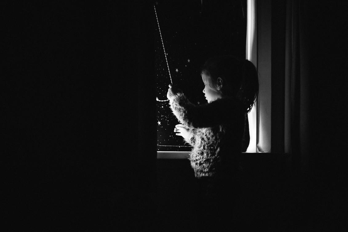 Day in the life familiereportage meisje bij het raam