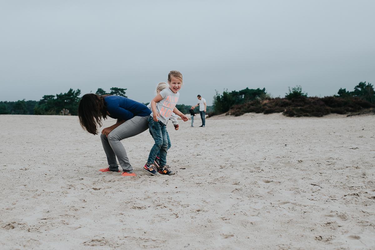 familiefotografie samen spelen