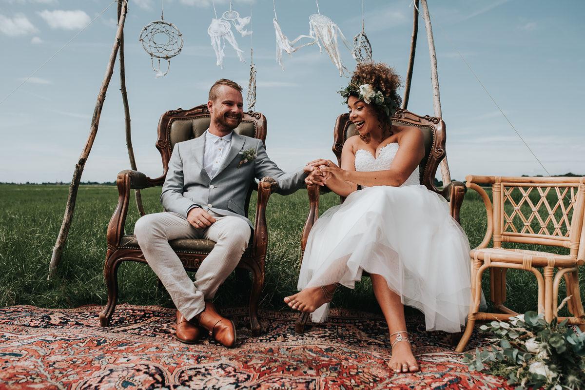 bruid en bruidegom onder prieel