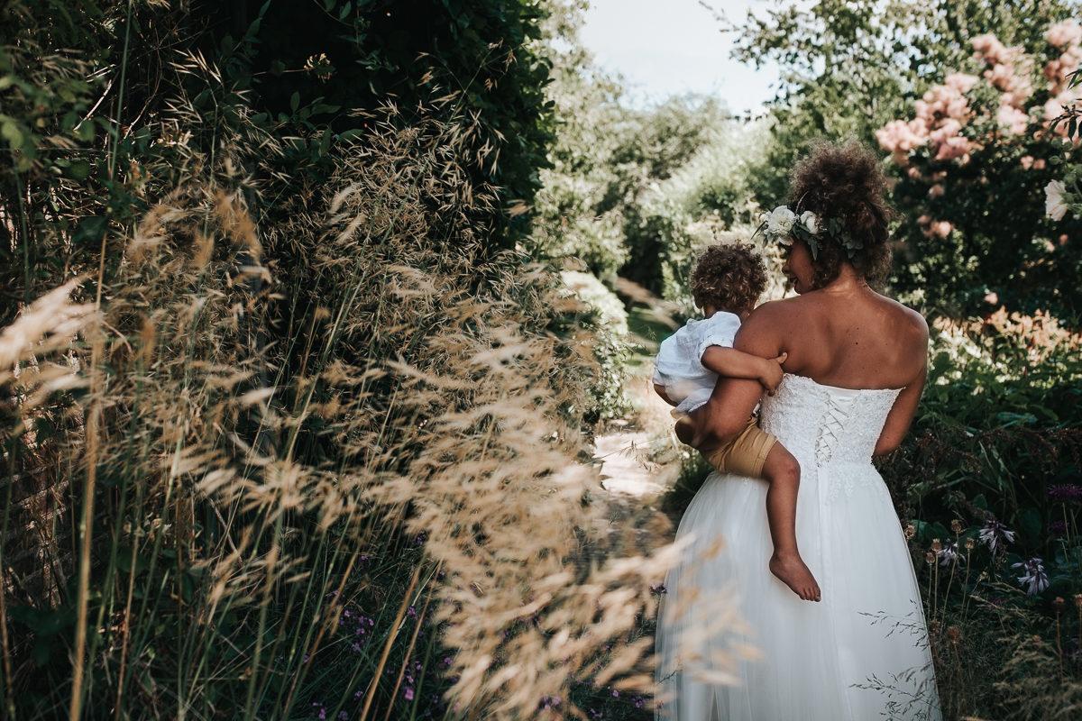 bruid met haar zoon