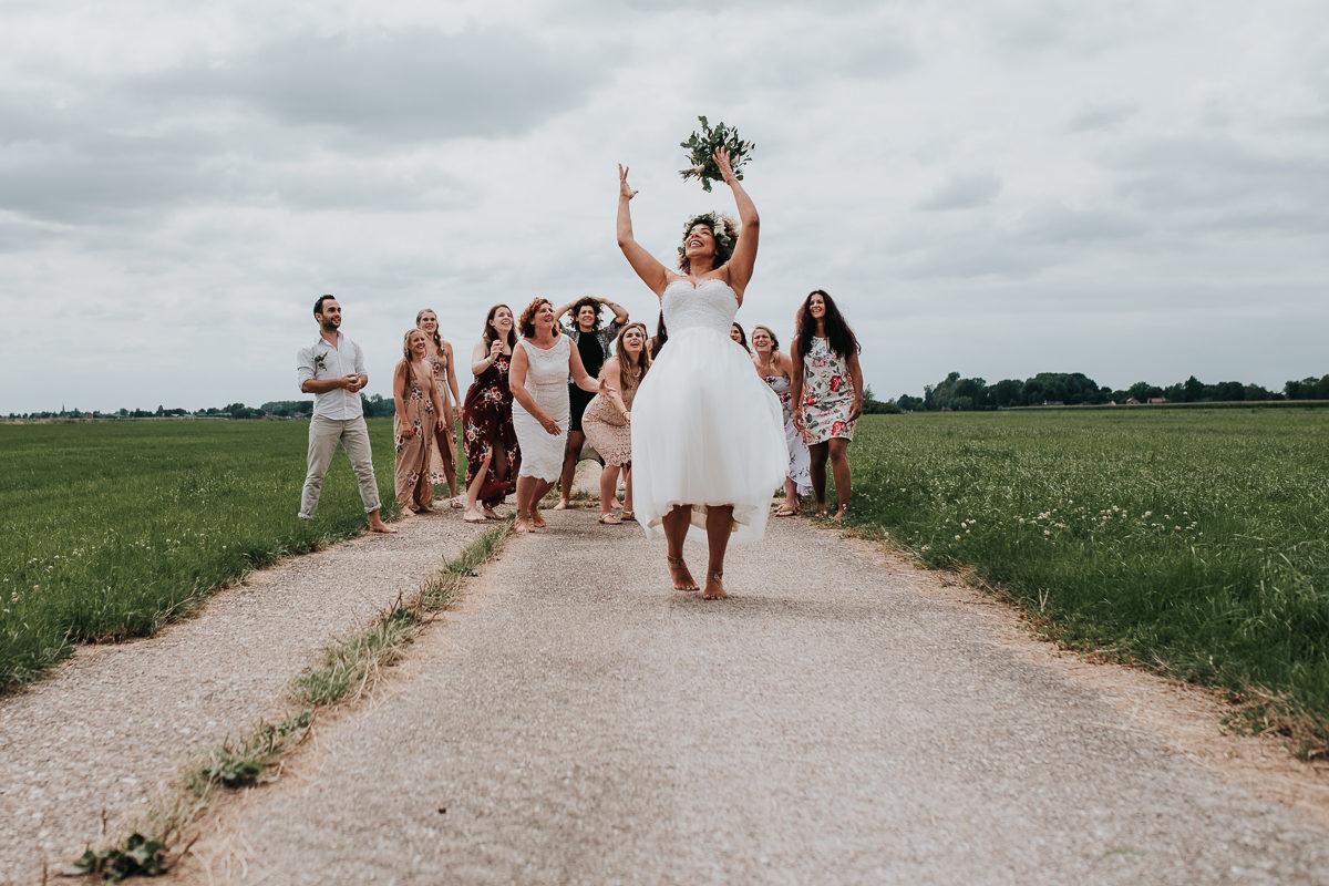 bruid gooit boeket weg