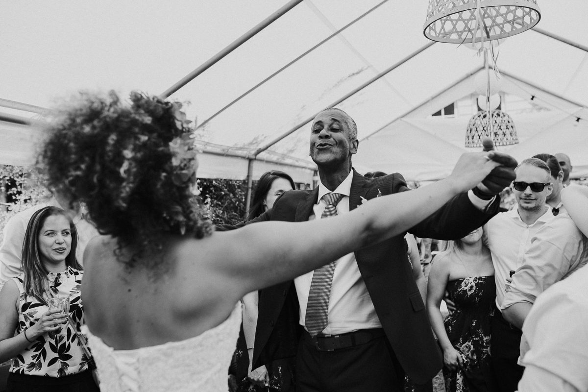 bruid danst met vader