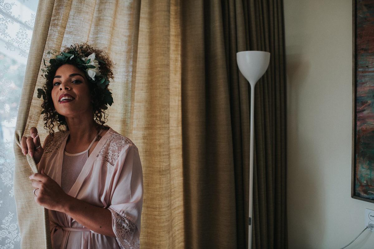bruid verstopt zich achter gordijn
