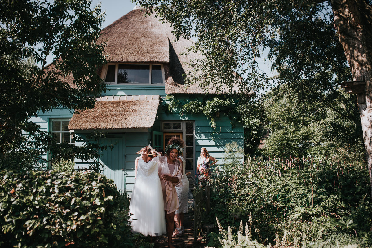 bruid draagt bruidsjurk