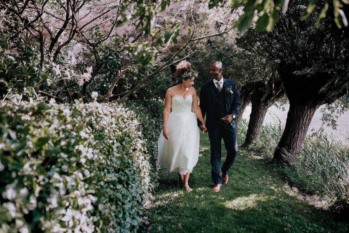 vader loopt met bruid