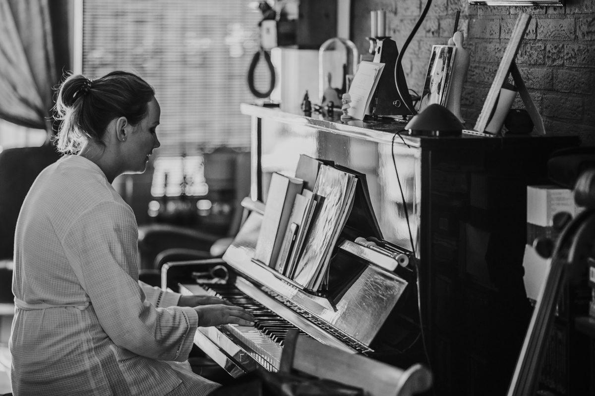 bruid speelt piano