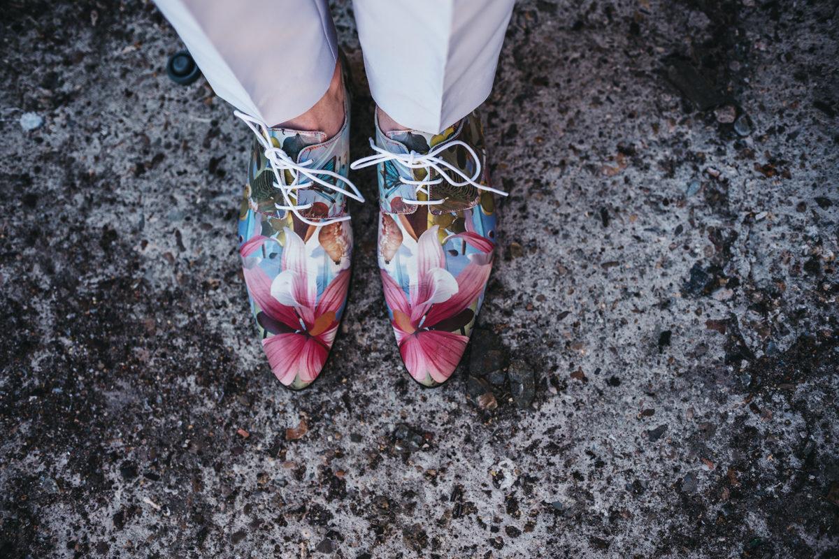 kleurrijke schoenen bruidegom