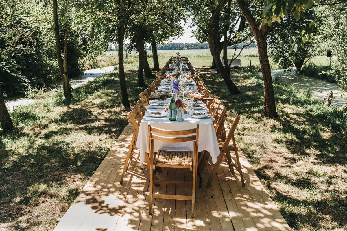 festivalbruiloft lunch in de boomgaard