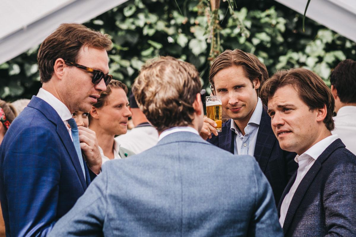 vrienden bij bruiloft