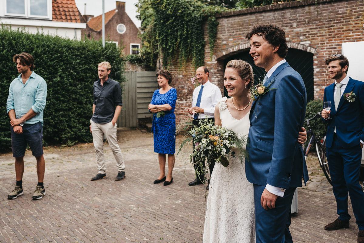 verrast bruidspaar