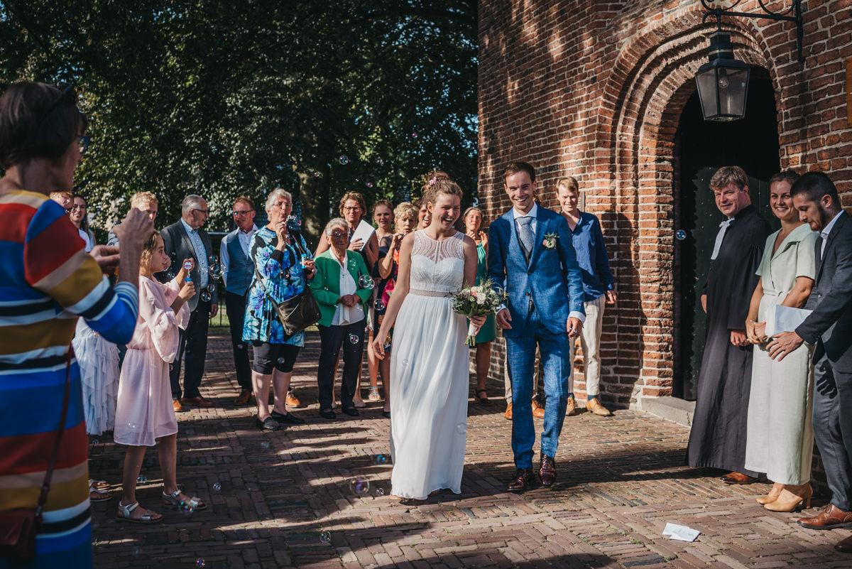 bruidspaar loopt uit de kerk