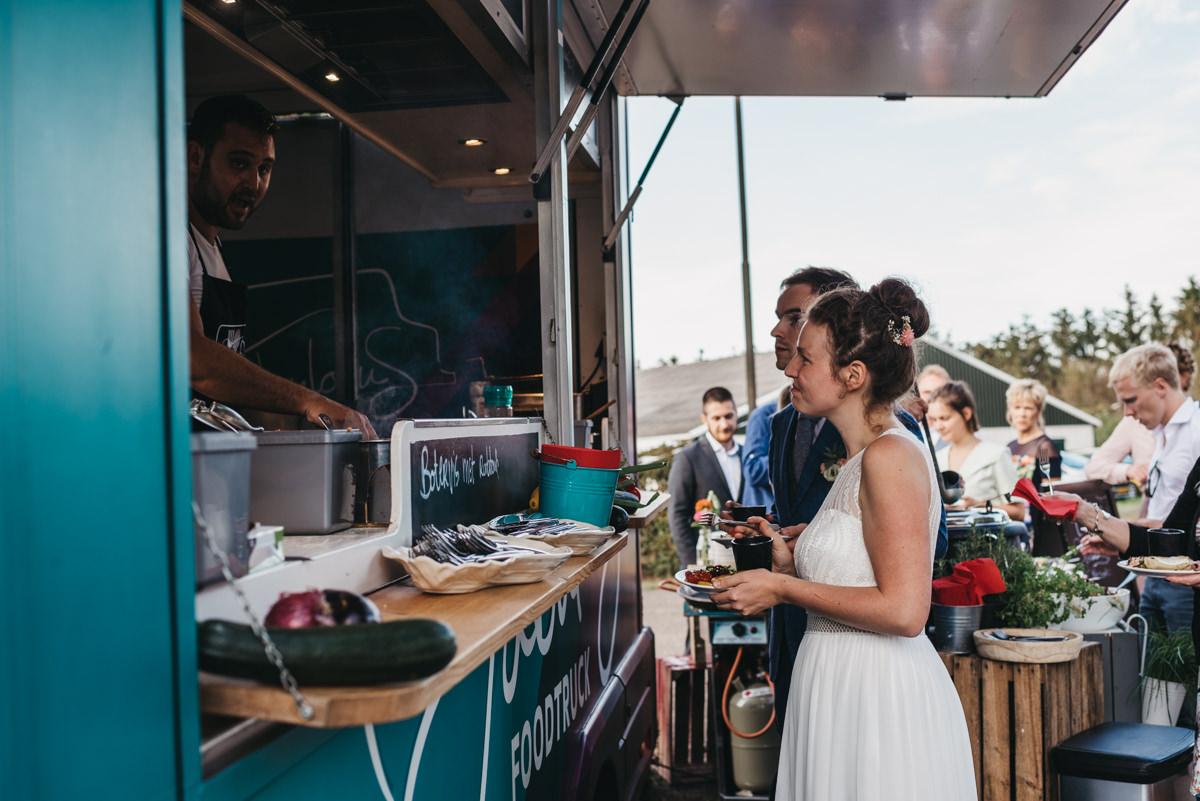 bruidspaar bestelt eten bij foodtruck