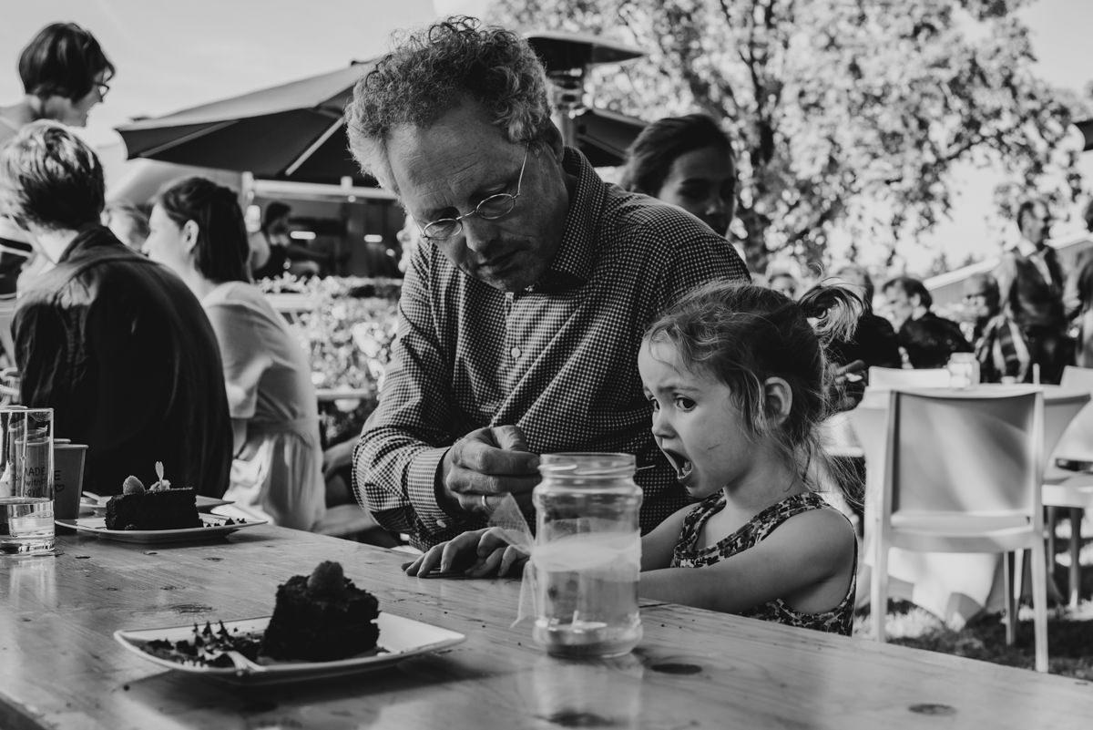 kind eet een stukje bruidstaart
