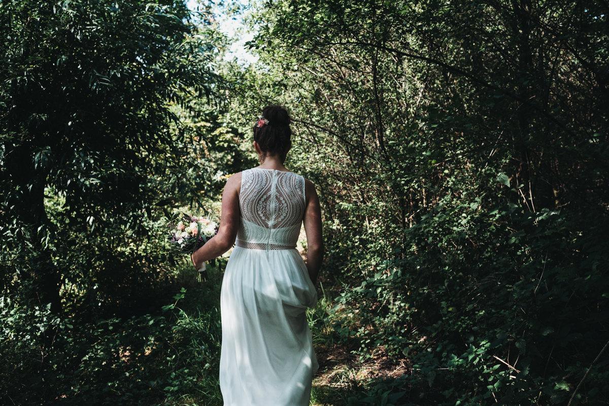 bruid loopt door het bos