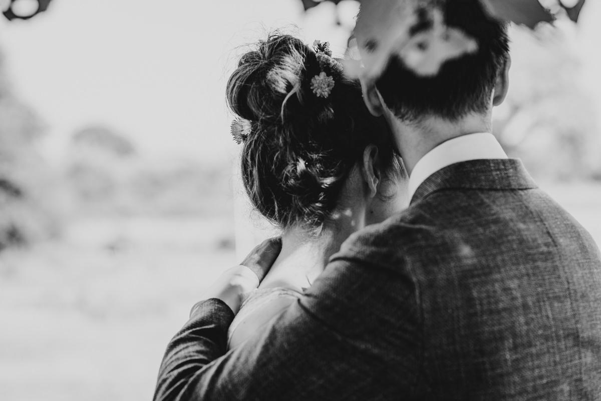 omhelzing bruid en bruidgom