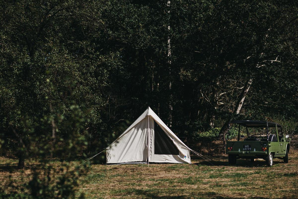tent opgezet op het veld bij de boerderij
