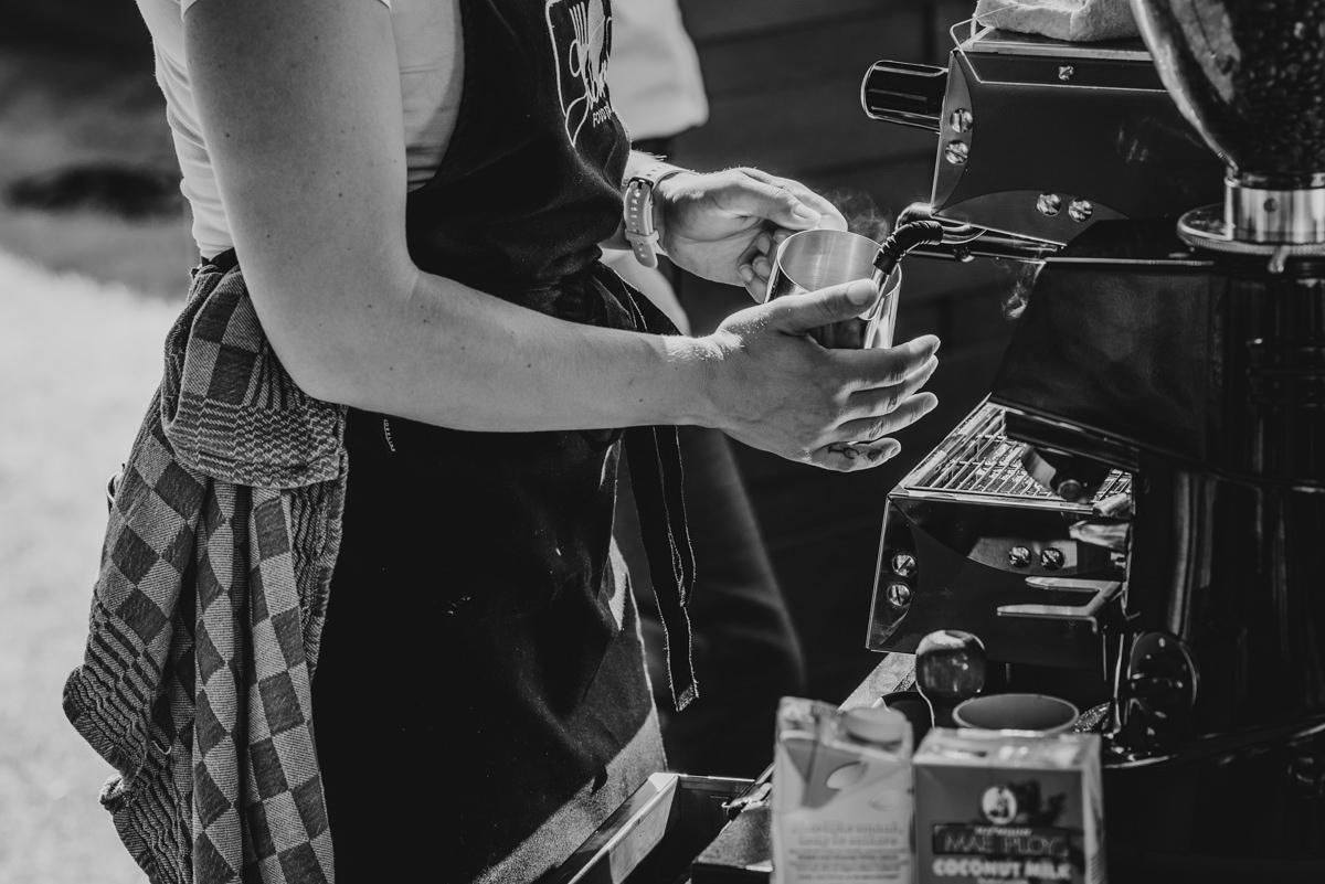 Koffie en thee ingeschonken door medewerker foodtruck