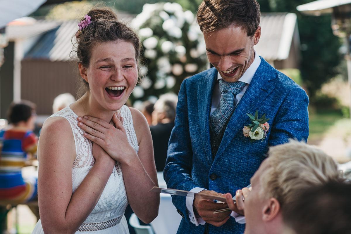 bruid moet hard lachen om cadeau van vrienden