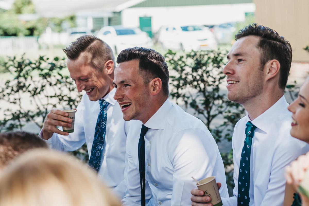 lachende bruilofstgasten