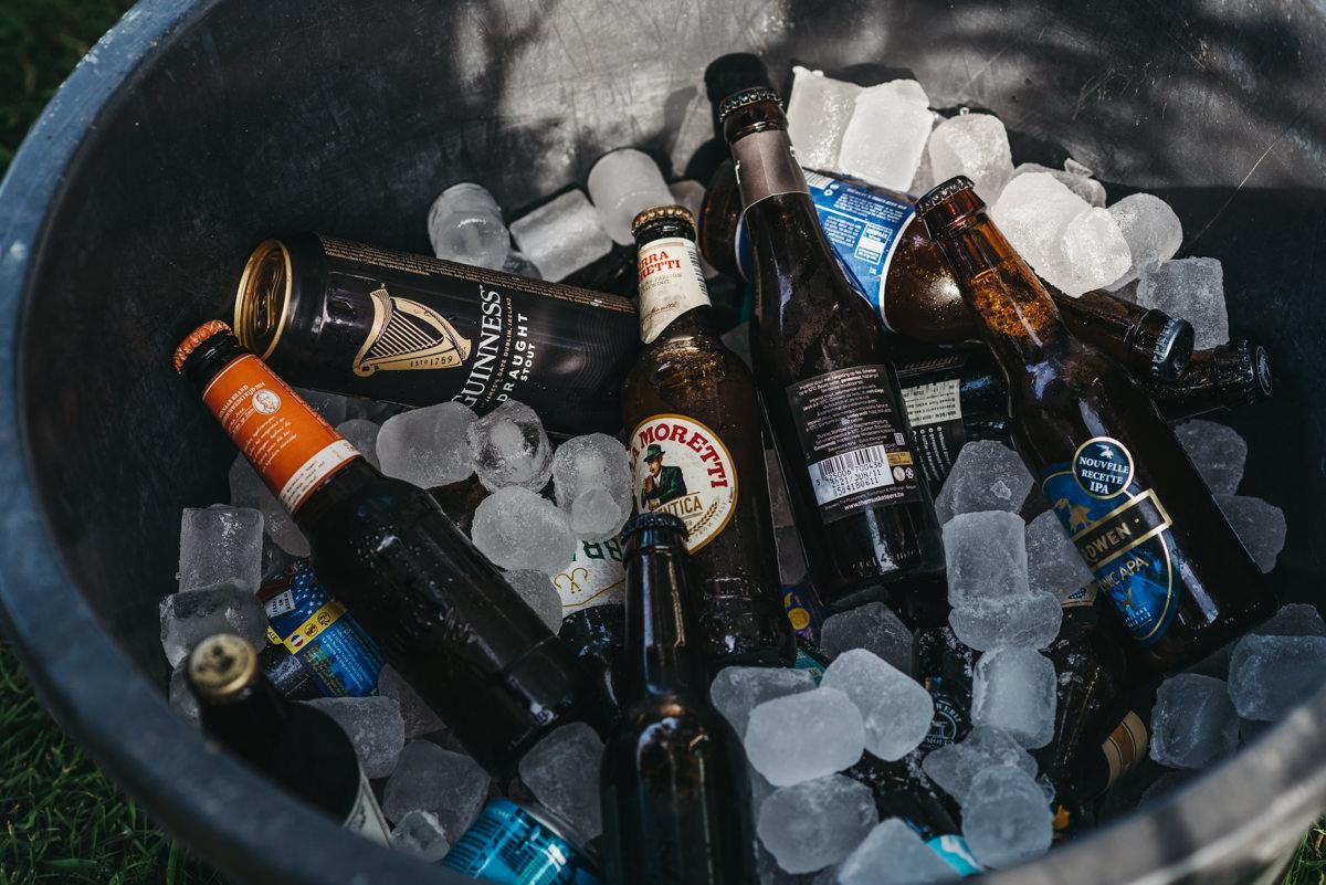 speciaal bier in een cementkuip met ijs voor de gasten