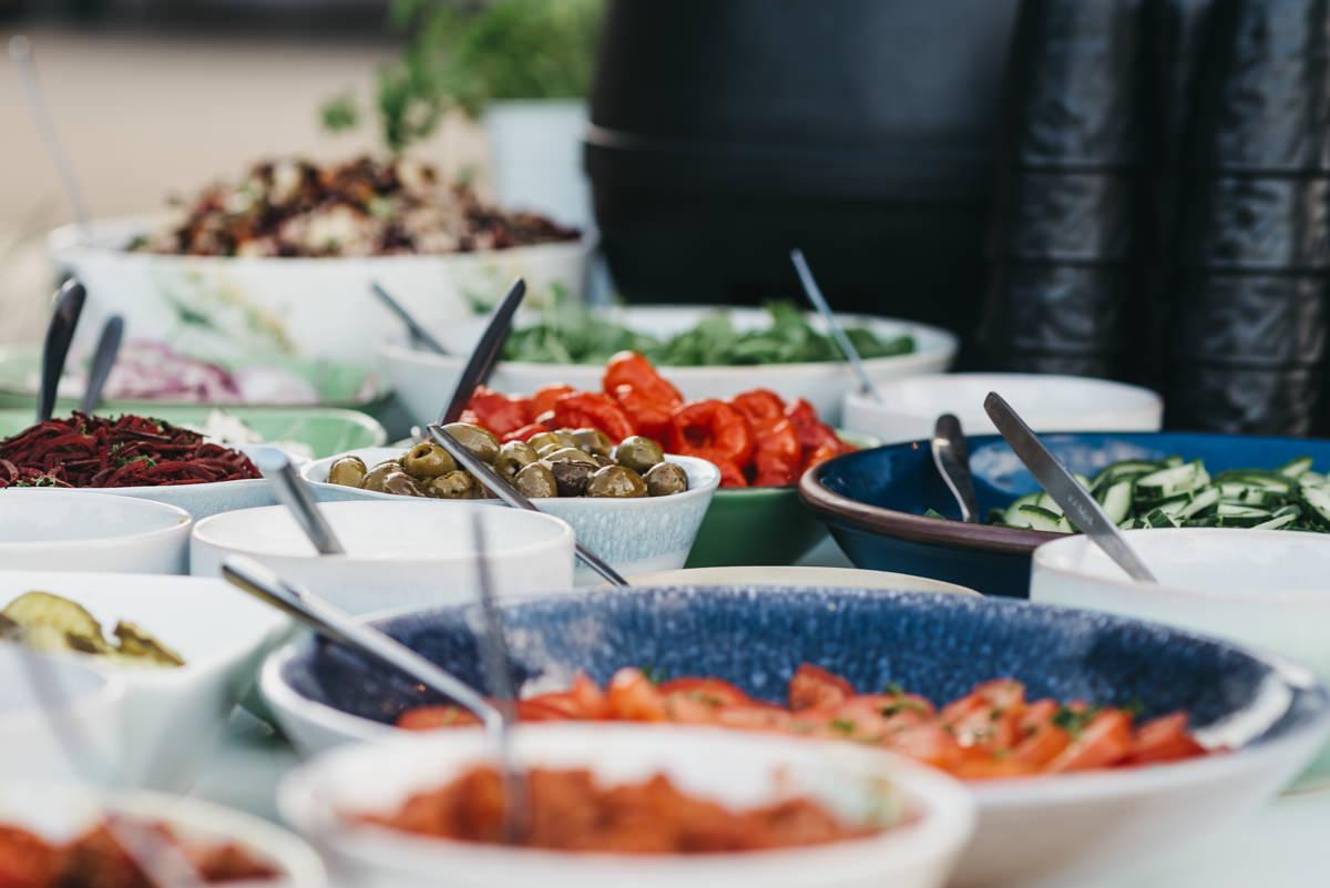 buffet geserveerd door foodtruck bij tuinbruiloft